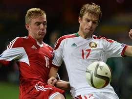 El bielorruso Nekhaychic (d) pelea un balón con Jans, en el Bielorrusia-Luxemburgo. Twitter