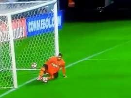 El cancerbero brasileño no estuvo acertado en el segundo gol de Santos. Twitter