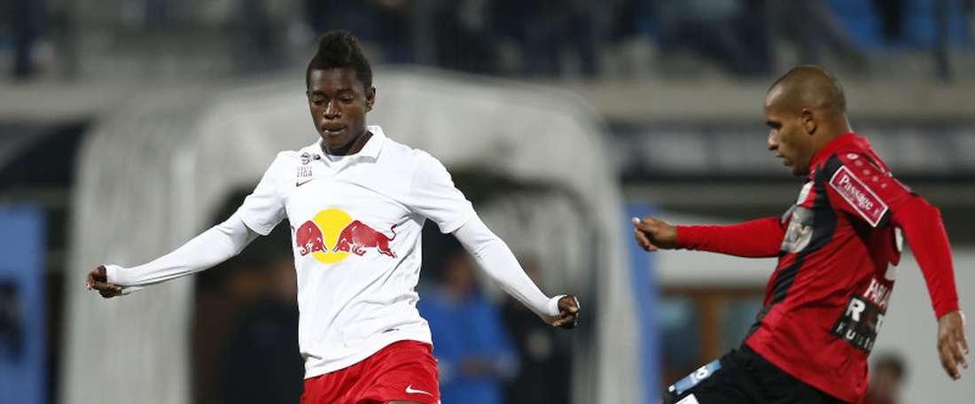 El centrocampista ghanés David Atanga dirige un balón en un partido del Salzburg. AFP