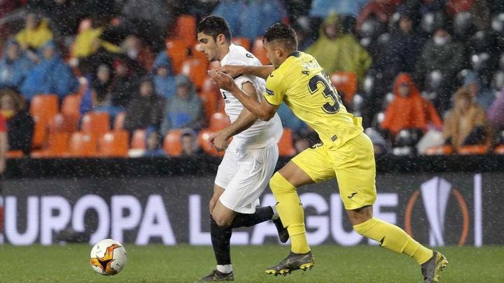 Andrei Ratiu (d) jugará esta temporada en la SD Huesca. EFE/Archivo