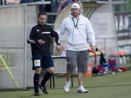 El cuarto árbitro del partido entre el Príbram y el Slavia de Praga tuvo que ser retirado por un miembro de seguridad. AFP