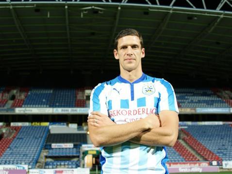 El defensa central ha ampliado el contrato con el equipo del Championship. HuddersfieldTown