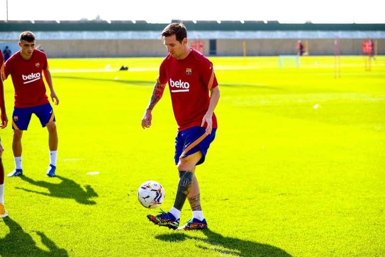 Messi llegó al entrenamiento sin barba. Twitter/FCBarcelona