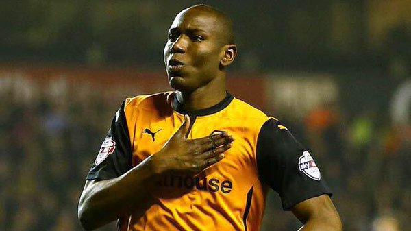 El delantero Benik Afobé celebra un tanto con los Wolves. Twitter