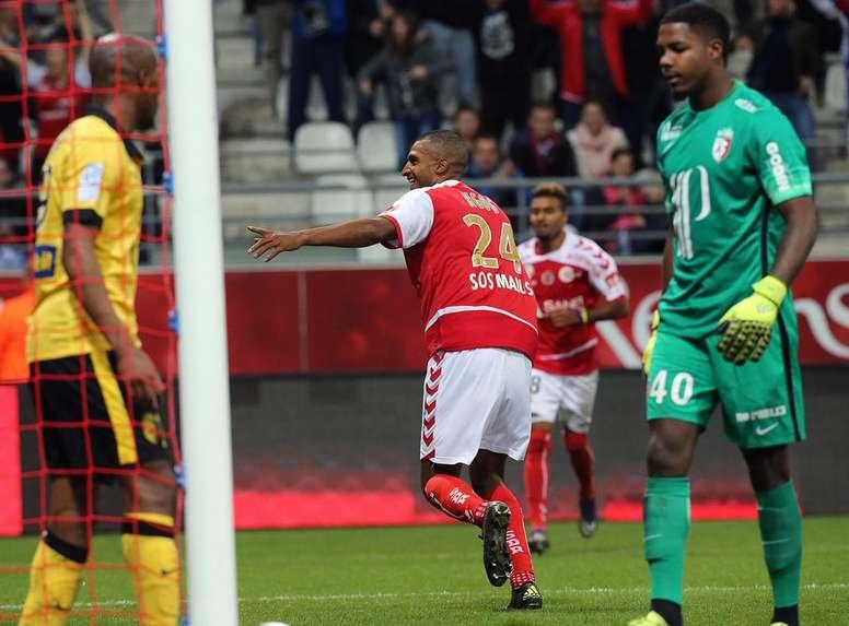 El delantero del Reims, Ngog, celebra su tanto ante los jugadores del Lille Sunxe (i) y el portero Maignan. Twitter