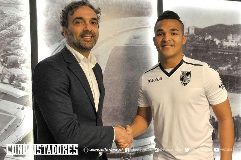 El delantero brasileño (d) ya tiene nuevo equipo en la Liga Portuguesa. Twitter/VitóriaSportClube