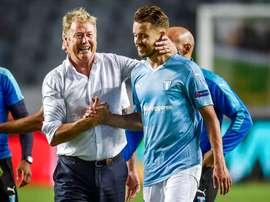 El entrenador del Malmö, Åge Hareide, felicita a sus jugadores al finalizar el encuentro. Twitter