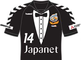 El equipo japonés Nagasaki tendrá una camiseta de frac, como la de la Cultural Leonesa.