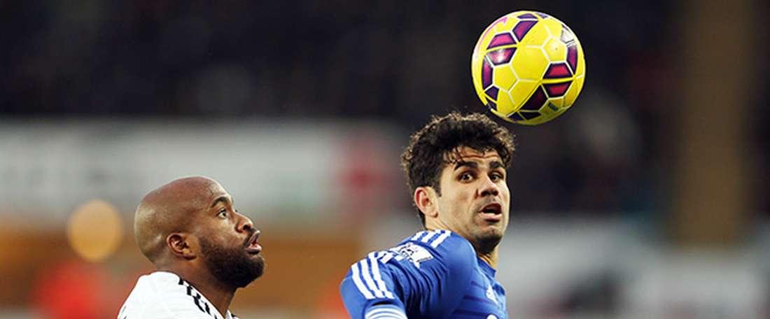 El ex del Swansea, Dwight Tiendalli (i), pugna por un balón con Diego Costa, del Chelsea. SwanseaCity