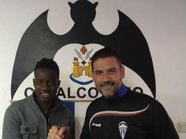 El ex futbolista del Elche Michael Anaba, en el momento de ser presentado con el Alcoyano, club en el que jugó cedido por el cuadro ilicitano. CDAlcoyano