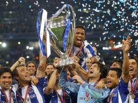 Le FC Porto soulevant sa deuxième C1 après avoir battu Monaco. EFE