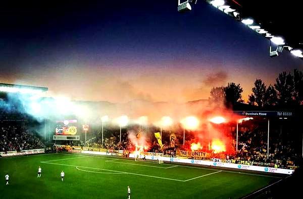 El fondo del Skagerak Arena, literalmente abarrotado por los aficionados del Borussia Dortmund. Twitter