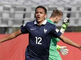 Le français Bilal Boutobba après un but avec les Bleus moins de 18 ans. FIFA