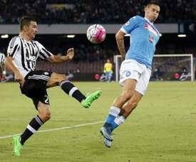 El futbolista de la Juventus, Simone Padoin, despeja un balón ante Marek Hamsik, del Nápoles, en un partido de la liga italiana. AFP