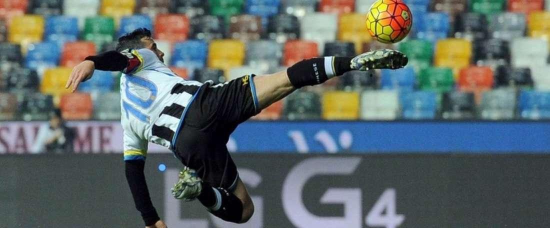 El futbolista de Udinese, Antonio di Natale, ejecuta un acrobático disparo a puerta en el partido de Coppa ante Atalanta. Udinese