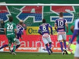 El futbolista del Austria de Viena Holzhauser anota el primer tanto del derbi vienés ante el Rapid. FK-Austria