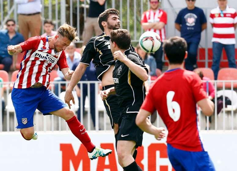 El futbolista del filial del Atlético de Madrid Roberto cabecea ante la oposición de dos defensores del Almagro, en la ida de los playoff de ascenso a Segunda B. ClubAtleticoDeMadrid/Ángel Gutiérrez