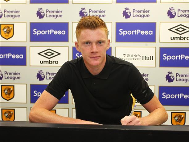 El futbolista del Hull Sam Clucas, en el momento de firmar su nuevo contrato. HullCityTigers