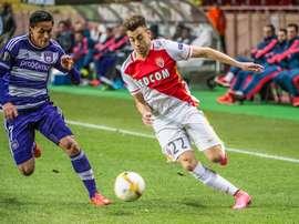 El futbolista del Mónaco El Shaarawy trata de progresar ante la oposición de Andy Najar, del Anderlecht. Twitter