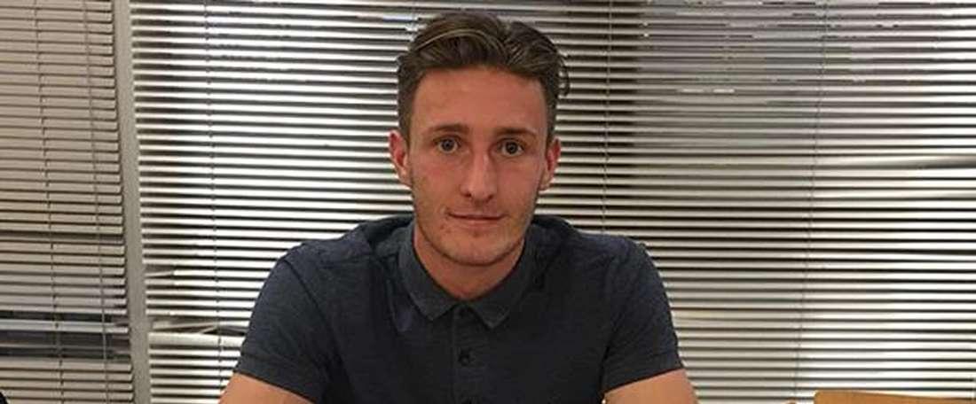 El futbolista del Preston north End Ben Davies, en el momento de firmar su nuevo contrato con el club inglés. PNEFC