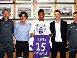 El futbolista del Toulouse Kelvin Amian Adou, durante la firma de su primer contrato como profesional. TFC