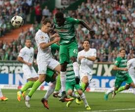 El futbolista del Werder Bremen Ousmane Manneh salta para cabecear un balón en el partido contra el Wolfsburgo de la quinta jornada de la Bundesliga 2016-17. Werder