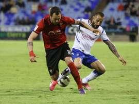 El futbolista del Zaragoza Mario Abrante pelea por un balón en un partido contra el Mirandés. Twitter