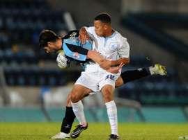 El futbolista escocés del Coventry City Kyle Spence pelea el balón en un encuentro con su equipo. Twitter
