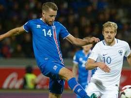 El futbolista islandés Árnason pelea un balón con el finés Pukki, en el partido de la segunda jornada de las eliminatorias europeas de acceso al Mundial 2017. UEFA