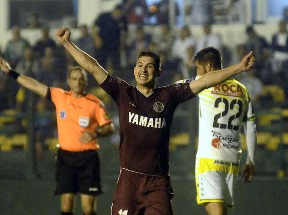 El futbolista Jorge Valdez, nuevo jugador del Gimnasia y Esgrima a préstamo de Lanús, en un encuentro de este último. Twitter