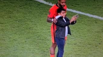 O bonito gesto de Memphis com um menino no meio do jogo. Captura/DAZN