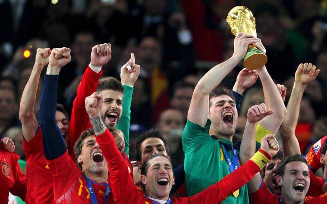 Casillas será el encargado de llevar la copa al terreno de juego. EFE