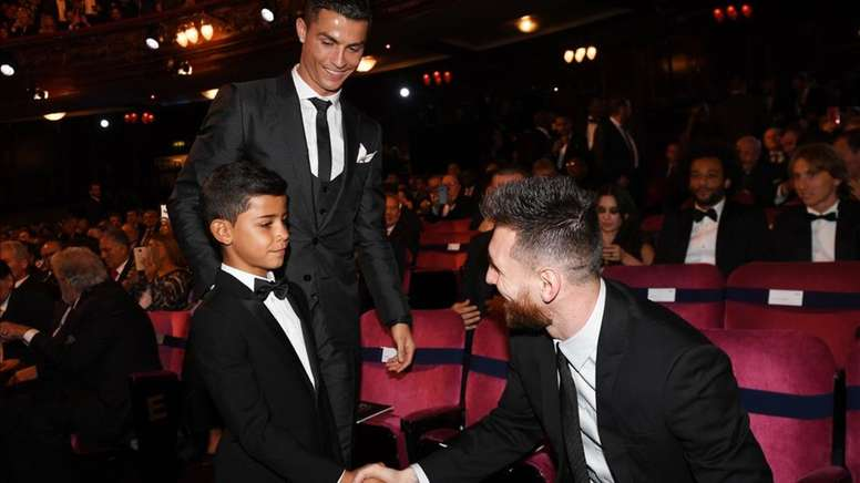 Messi was happy to say hello to Cristiano. EFE