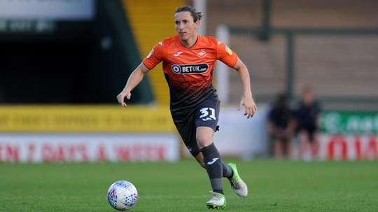 Aaron Lewis ha renovado su contrato. SwanseaCityAFC