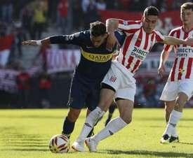 El jugador de Boca Pavón pelea con un futbolista de Estudiantes de La Plata por el balón. Boca