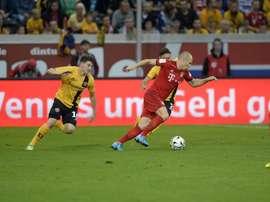 El jugador del Bayern de Munich, Arjen Robben, conduce ante la oposición de dos rivales del Dynamo de Dresde. Dynamo-Dresden