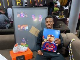 Messi gave him a gift. Screenshot/Youssoufa_10