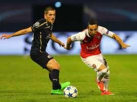 El jugador del Dinamo de Zagreb, Arijan Ademi (i), junto a Santi Cazorla, en el partido que le enfrentó al Arsenal en Champions. Twitter