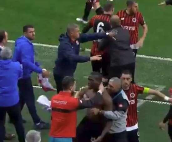 Florentin Pogba sendo contido no meio da confusão. Twitter/TRGoller
