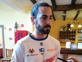 El jugador del Loja Rafilla posa para los medios con la nueva equipación del equipo, publicitando los langostinos lojeños. Twitter/LojaCD