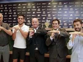 El jugador del Málaga, José Recio, junto a los directores general y deportivo de su equipo, Vicente Casado y Mario Husillos, y el alcalde de Antequera. MalagaCF