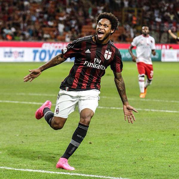 El jugador del Milan, Luiz Adriano, celebra el gol anotado en Coppa al Perugia. Twitter