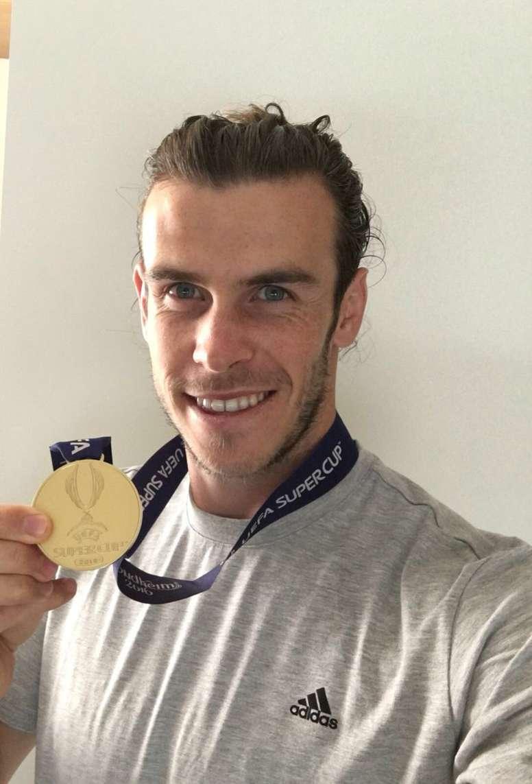 El jugador del Real Madrid Gareth Bale luce la medalla de la Supercopa de Europa. GarethBale