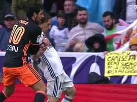 O jogador do Valencia Parejo agarra o jogador do Real Madrid Modric no Santiago Bernabéu. Twitter