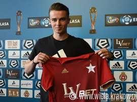El conjunto polaco anunció la llegada del centrocampista sub 19. Wisla