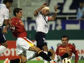 Leo Monje (d, sentado) es todo un trotamundos del fútbol sudamericano. EFE