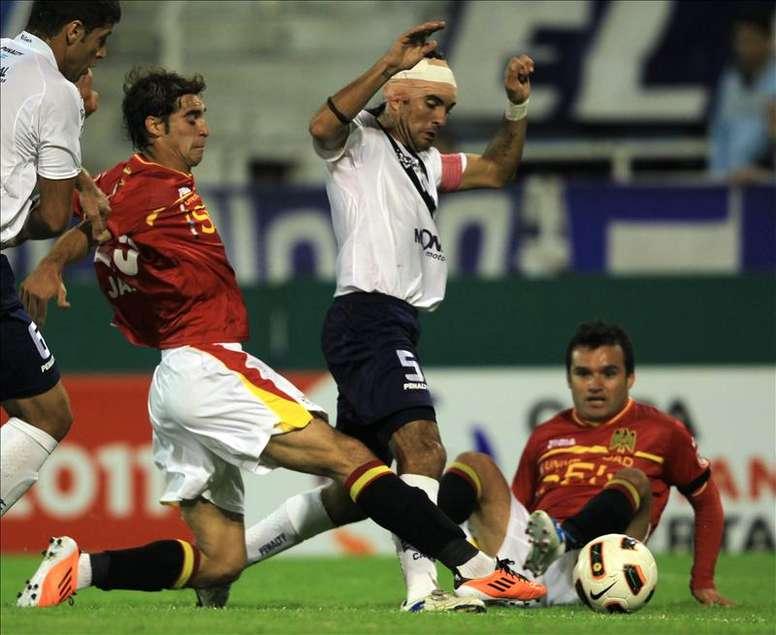 El zaguero se recupera de la lesión sufrida ante Talleres. EFE