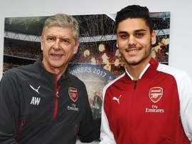 Konstantinos Mavropanos foi anunciado pelos 'gunners'. Arsenal