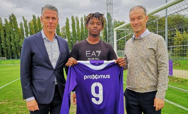 Mo Guindo firmó un contrato profesional con el Anderlecht. Twitter/rscanderlecht