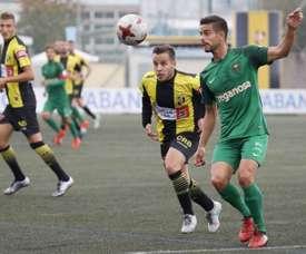 Mikel (d) firmó contrato con el filial osasunista hasta junio de 2018. Twitter/CAOsasuna